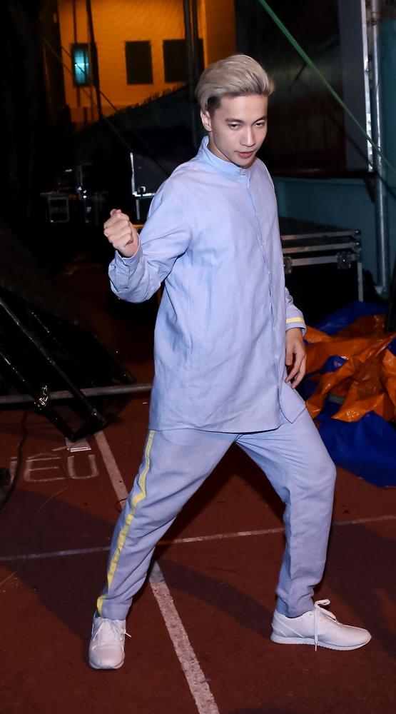 S.T hiệnđang bận rộn với việc tập luyện cho cuộc thi Bước nhảy hoàn vũ sắp tới, tuy nhiên anh vẫn dành thời gian để tham gia chương trình cùng nhóm. - Tin sao Viet - Tin tuc sao Viet - Scandal sao Viet - Tin tuc cua Sao - Tin cua Sao