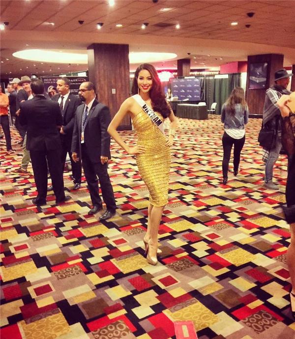 Một trong những bộ váy được đánh giá cao nhất của Phạm Hương tại Miss Universe năm nay. Đây chính là bộ cánh của nhà thiết kế Lê Thanh Hòa. Phạm Hương vô cùng nổi bật và trở thành tâm điểm của mọi sự chú ý nhờ bộ váy vàng kim này. Người đẹp cũng khéo léo lựa chọn phụ kiện cùng giày cao gót cùng tông.