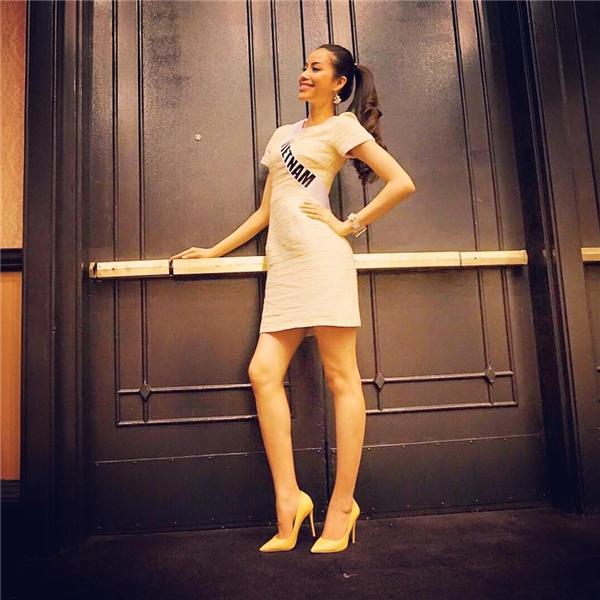 Nhìn Phạm Hương hệt như cô búp bê xinh xắn trong chiếc váy xòe phom dáng cổ điển.