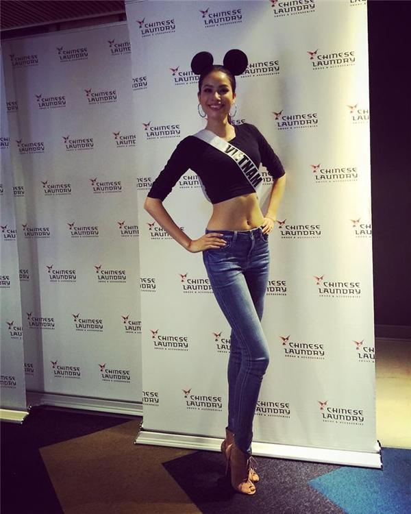 Set đồ đơn giản nhưng vô cùng thông minh của Phạm Hương. Chiếc áo crop-top tay dài giúp cô khoe trọn vòng eo con kiến đi cùng quần jeans là sự lựa chọn hoàn hảo. Đại diện Việt Nam ghi điểm tuyệt đối với bạn bè quốc tế và các chuyên gia sắc đẹp chỉ với trang phục đơn giản, đời thường.