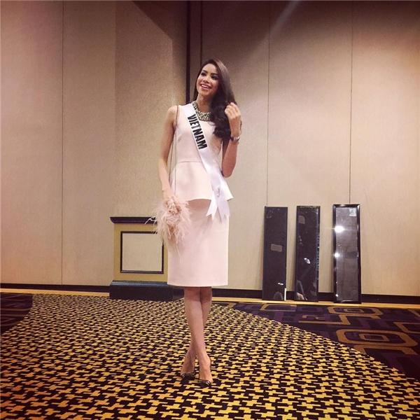 Đại diện Việt Nam đã chọn nguyên set đồ của thương hiệu Dior đẳng cấp để tham gia một hoạt động của Miss Universe. Bộ cánh màu hồng nhạt giúp cô tăng thêm vẻ dịu dàng, nữ tính thu hút nhiều ánh nhìn.