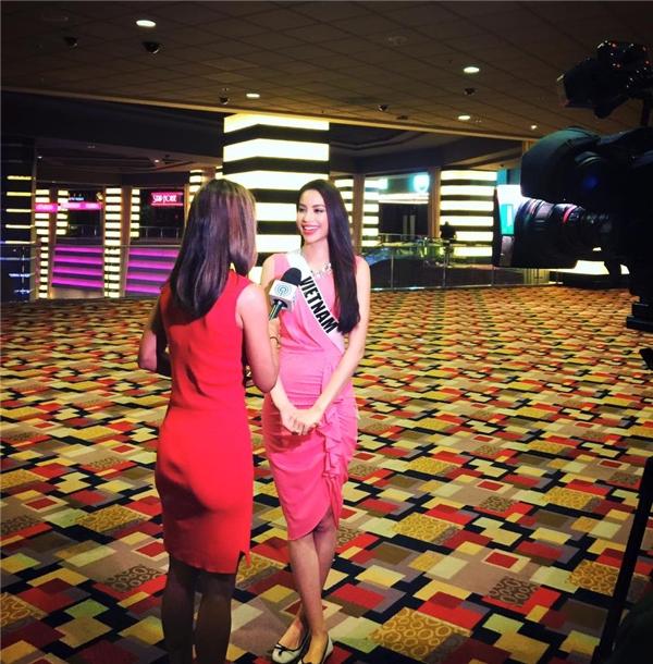 Thêm một chiếc chiếc váy hồng với phần bèo nhấn dọc chân váy được Phạm Hương lựa chọn khi tham gia trả lời phỏng vấn.