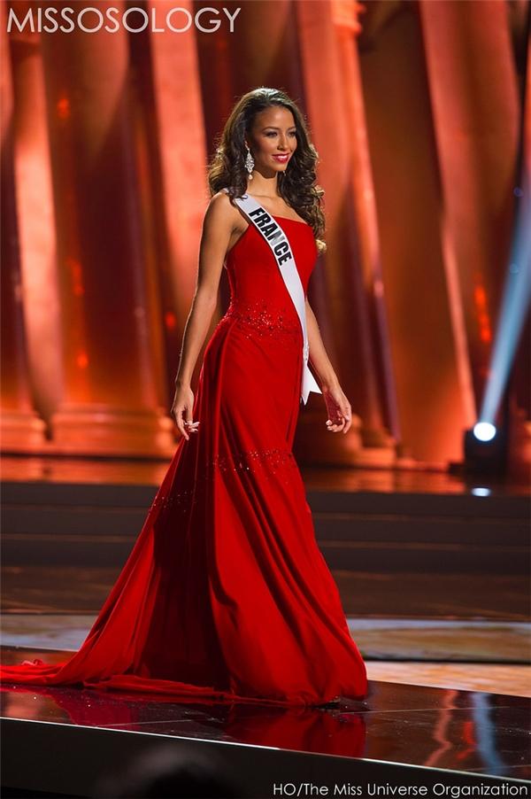 Sắc đỏ cũng là lựa chọn của nhiều mĩ nhân khác bởi sự nổi bật và thu hút. Trong đó, bộ váy của đại diện nước Pháp có kiểu dáng và chất liệu khá đơn giản nhưng lại mang đến vẻ ngoài vô cùng sang trọng, quyến rũ.