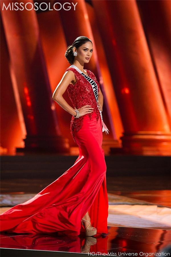 Pia - đại diện của Philippines trông như một quý cô sang trọng, quyến rũ trong bộ váy đỏ xẻ tà trên sân khấu đêm bán kết. Phần thân trên gây ấn tượng bởi chi tiết đính kết từ hàng nghìn viên đá quý.Theo một số thông tin bên lề, do được hậu thuẫn về mặt chính trị nên Pia có khả năng rất cao đăng quang Hoa hậu Hoàn vũ 2015.