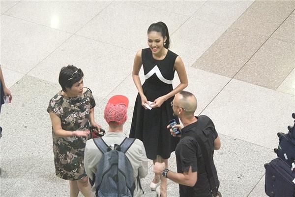 Một vài hành khách quốc tế đã nhận ra người đẹp và xin chụp ảnh lưu niệm. Lan Khuê thân thiện nán lại và tiếp chuyện cùng mọi người. - Tin sao Viet - Tin tuc sao Viet - Scandal sao Viet - Tin tuc cua Sao - Tin cua Sao
