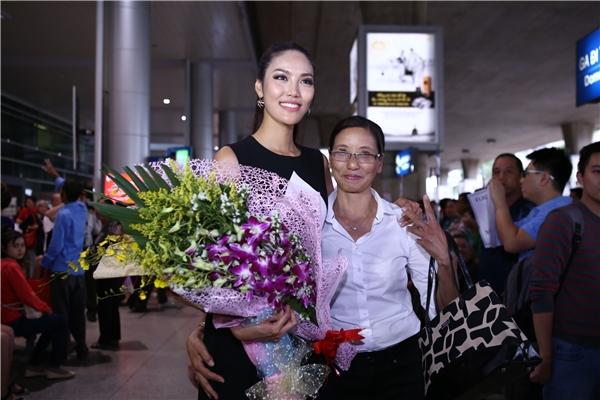Mẹ Lan Khuê mừng rỡ khi cô con gái nhỏ đã trở về Việt Nam. - Tin sao Viet - Tin tuc sao Viet - Scandal sao Viet - Tin tuc cua Sao - Tin cua Sao