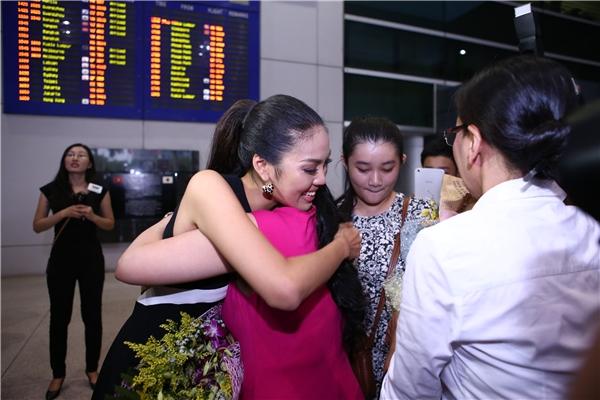 Người thân trong gia đình cũng có mặt để đón Lan Khuê - Tin sao Viet - Tin tuc sao Viet - Scandal sao Viet - Tin tuc cua Sao - Tin cua Sao