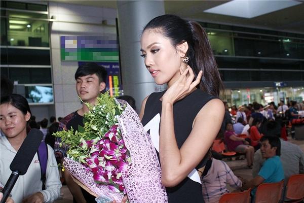 Lan Khuê nán lại trả lời câu hỏi của một số phóng viên ngay tại sân bay. - Tin sao Viet - Tin tuc sao Viet - Scandal sao Viet - Tin tuc cua Sao - Tin cua Sao