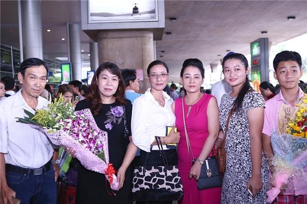 Gia đình của Lan Khuê có mặt từ sớm và hồi hộp ngồi chờ con gái trở về. - Tin sao Viet - Tin tuc sao Viet - Scandal sao Viet - Tin tuc cua Sao - Tin cua Sao