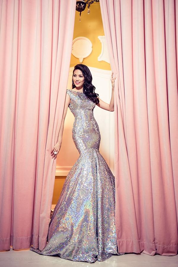 Thiết kế giúp người đẹp phô diễn khéo léo vẻ đẹp hình thể với chiều cao khủng 1m78 cùng số đo 3 vòng cân đối. Phần đuôi váy dài tạo nên hiệu ứng di chuyển trên sân khấu khá bắt mắt.