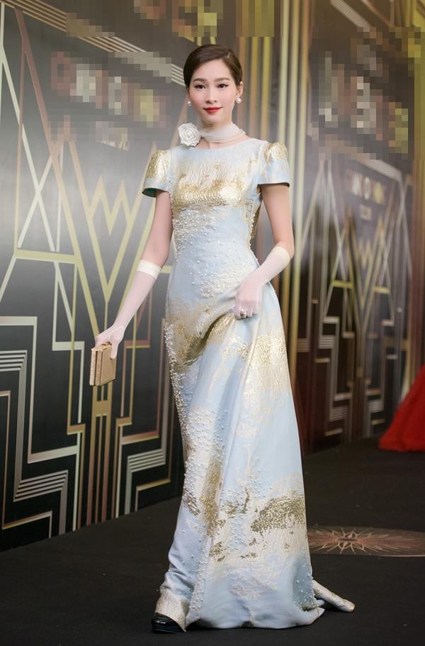 Tại một đêm tiệc trước đó, người đẹp 24 tuổi lại chọn phong cách cổ điển sang trọng, kín đáo. Những phụ kiện như găng tay, khăn voan choàng cổ, ví cầm tay đều được chọn phối đồng điệu với trang phục.
