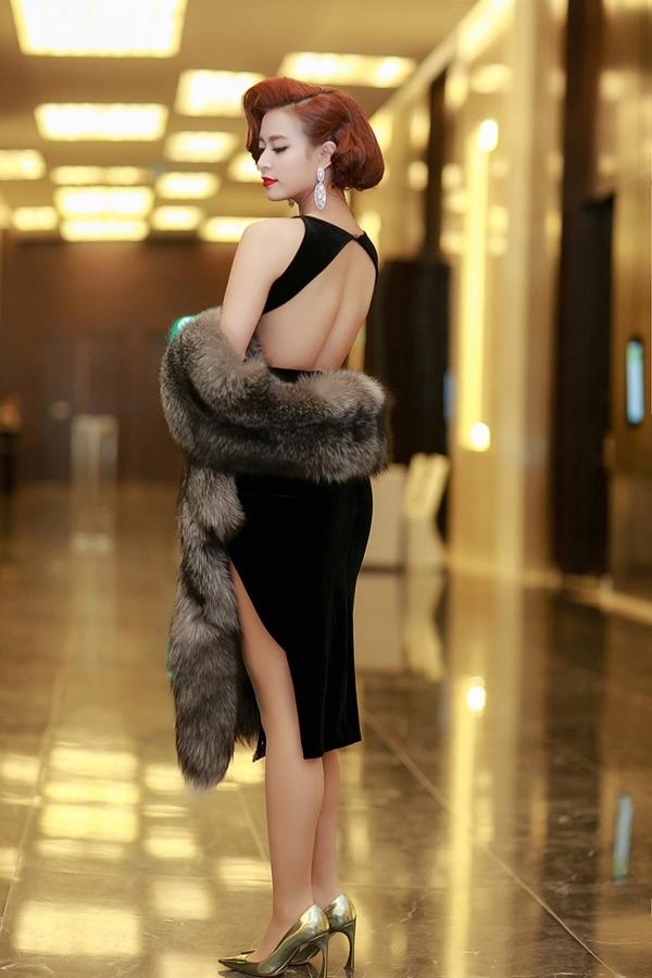 Trong một sự kiện khác, nữ ca sĩ Hà thành lại sang trọng, thanh lịch trong bộ trang phục mang đậm âm hưởng của phong cách cổ điển.