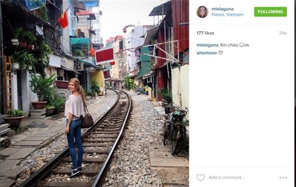 Hoa hậu thế giới 2015 - Mireia Lalaguna sinh ngày 28/11/1992, đến từ thành phố Barcelona của Tây Ban Nha.Thời gian rảnh, cô thích chạy bộ, đọc sách, đi trượt tuyết vào mùa đông và khám phá thế giới. Việt Nam là một trong những quốc gia mà cô gái 23 tuổi này từng đặt chân tới. Bức ảnh đầu tiên khi đến Việt Nam được cô chụp trên đường ray xe lửa tại Hà Nôi.