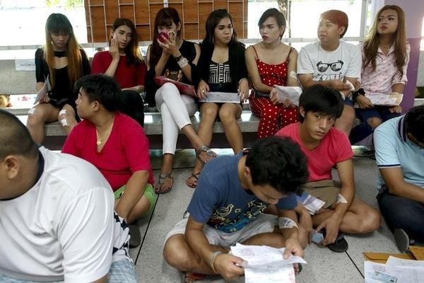Những người chuyển giới Thái Lan dự buổi sơ tuyển tân binh diễn ra ở Klong Toey, Bangkok.