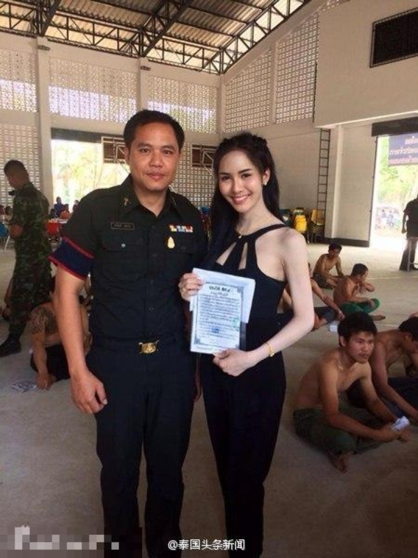 Một cô gái chuyển giới xinh đẹp đã hoàn tất các thủ tục tỏng buổi xét tuyển nghĩa vụ quân sự và có giấy chứng nhận.