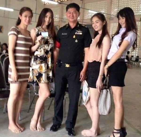 Các cô gái chuyển giới khác cũng tươi cười rạng rỡ sau khi hoàn thành buổi xét tuyển nghĩa vụ quân sự.