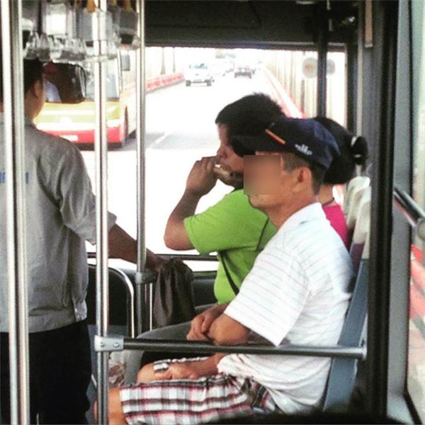 Ngày giỗ của mẹ và những giọt nước mắt trên xe bus