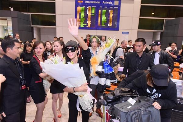 Lucky J hết sức thân thiện,liên tục vẫy tay chào fan Việt.