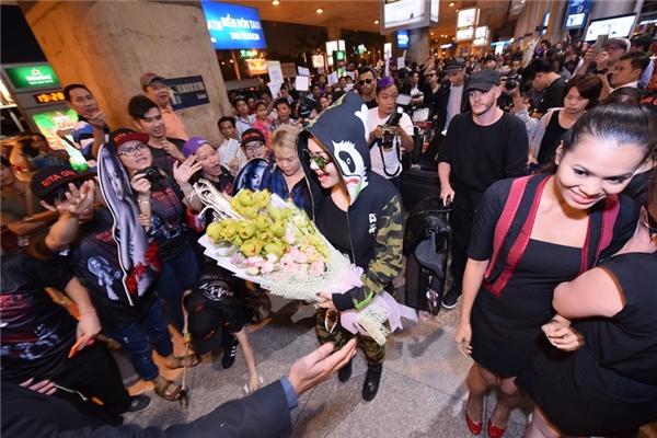Người hâm mộ tặng hoa cho thần tượng Rita Ora.