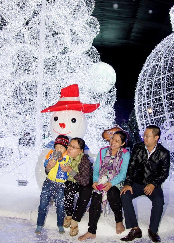 Ngôi làng tuyết đem đến sự trải nghiệm mới mẻ, thích thú cho những người chưa từng biết đến cái lạnh tê tái của mùa đông nói chung và cho người dân Sài Gòn nói riêng. (Ảnh Internet)