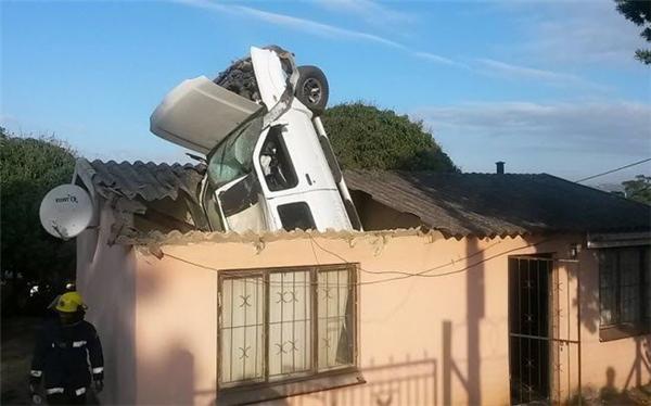 Một chiếc ô tô mất lái lao thủng mái nhà dân ở thành phố Durban, Nam Phi.