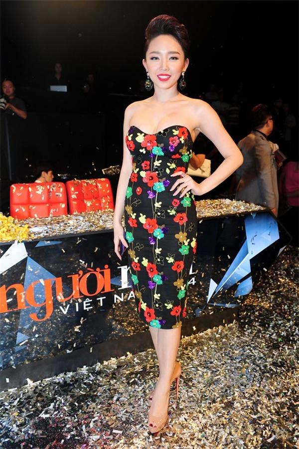 Trong đêm chung kết Vietnam's Next Top Model 2014, diệc độc bộ váy cocktail đơn giản nhưng Tóc Tiên vẫn vô cùng nổi bật và thu hút nhờ những họa tiết hoa được thêu tay, đính kết. Nữ ca sĩ cũng khá ưa chuộng dáng váy ôm nhằm tôn lên nét đẹp hình thể. - Tin sao Viet - Tin tuc sao Viet - Scandal sao Viet - Tin tuc cua Sao - Tin cua Sao