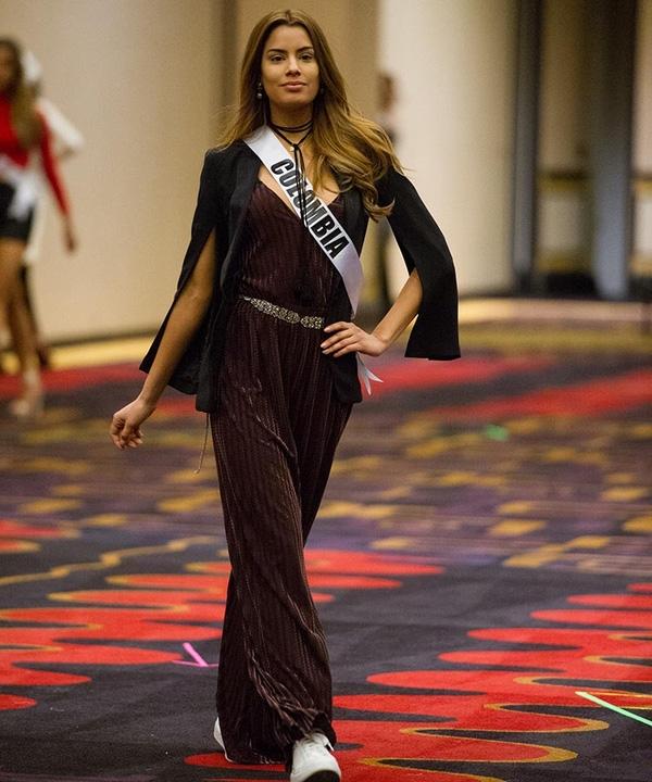 Hoa hậu Colombia thường gây ấn tượng với những bộ cánh cầu kỳ, kể cả khi tham dự các hoạt động bên lề hay diễn tập.