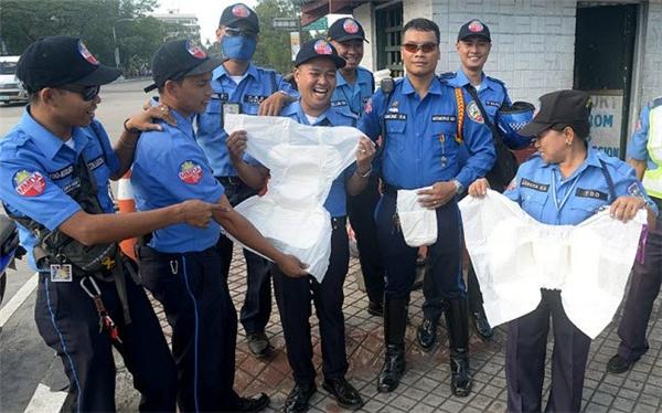 Cảnh sát giao thông Philippines được yêu cầu sử dụng bỉm để đảm bảo không bị gián đoạn khi làm nhiệm vụ trong chuyến thăm của Giáo hoàng tới nước này vào đầu năm nay.