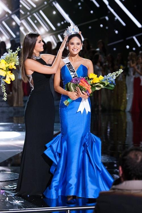 Bộ cánh màu xanh mà cô mặc tại Đêm Chung kết vừa qua quả là một sự lựa chọn hoàn hảo bởi nó rất hợp với màu... vương miện.