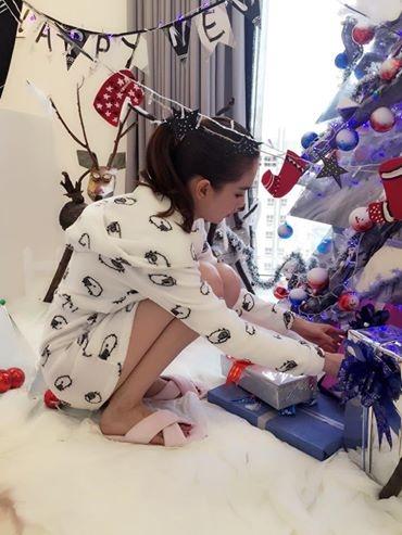 Cô tự tay chuẩn bị những món quà được đóng gói cẩn thận để trang trí dưới cây thông Noel. - Tin sao Viet - Tin tuc sao Viet - Scandal sao Viet - Tin tuc cua Sao - Tin cua Sao