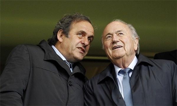 Chủ tịch UEFA Michel Platini và Chủ tịch FIFA Sepp Blatter dự khán trận chung kết Champions League nữ năm 2013, hai năm trước khi các vụ bê bối làm chao đảo UEFA và FIFA. Ảnh: Ian Kington/AFP/Getty Images