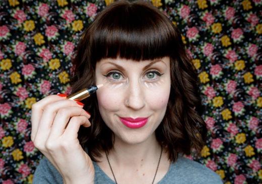 Nếu không muốn lãng phí kem che khuyết điểm, thay vì thoa nguyên vùng da dưới mắt theo hình tam giác, bạn chỉ cần chấm vài chấm nhỏ là đủ. (Ảnh: Internet)