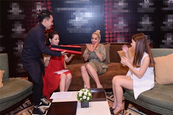 Rita Ora vui sướng khi nhận được trang phục truyền thống Việt Nam. - Tin sao Viet - Tin tuc sao Viet - Scandal sao Viet - Tin tuc cua Sao - Tin cua Sao