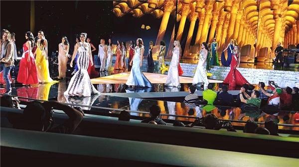 Trước khi đến với đêm chung kết, các thí sinh đã có buổi tổng duyệt lại cùng ban giám khảo. Với phần trang phục dạ hội, Phạm Hương chọn diện bộ váy trắng kết hợp những họa tiết kẻ sọc đen tạo nên sự tương phản mạnh mẽ và hiệu ứng thị giác khá bắt sân khấu. - Tin sao Viet - Tin tuc sao Viet - Scandal sao Viet - Tin tuc cua Sao - Tin cua Sao
