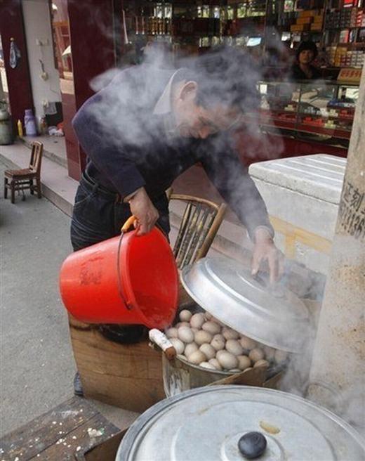 Sau khi ngâm, trứng đượcluộc lại nhiều lần, theo quy trình nghiêm ngặt. (Ảnh: Internet)