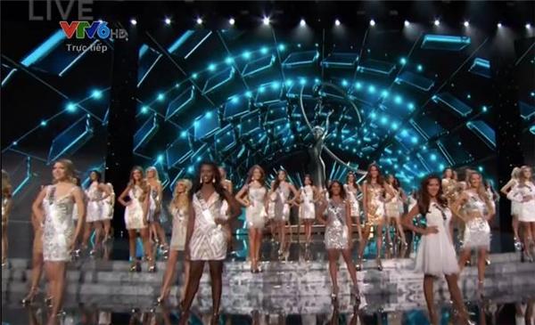 Các cô gái cùng nhau xuất hiện nổi bật trong những bộ váy cocktail bằng chất liệu ánh kim nổi bật - Tin sao Viet - Tin tuc sao Viet - Scandal sao Viet - Tin tuc cua Sao - Tin cua Sao