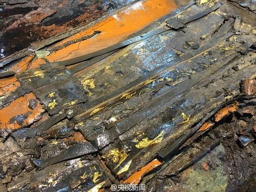 Nắp quan tài đầy vàng lá, được chạm khắc tinh xảo. (Ảnh: Internet)