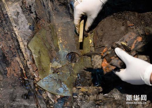 Các cổ vật bằng vàng bao quanh quan tài. (Ảnh: News.cn)
