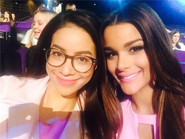 Hai người đẹp đến từ Việt Nam và Dominican Republic rất thân thiết. Tuy nhiên top 5 mới được công bố mà không có cáitênClarissa Molina. - Tin sao Viet - Tin tuc sao Viet - Scandal sao Viet - Tin tuc cua Sao - Tin cua Sao