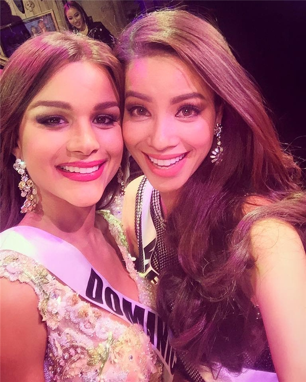 Có thể nói, Phạm Hương và đại diện Dominica là hai người bạn khá thân thiết từ cuộc thi Hoa hậu hoàn vũ 2015. - Tin sao Viet - Tin tuc sao Viet - Scandal sao Viet - Tin tuc cua Sao - Tin cua Sao