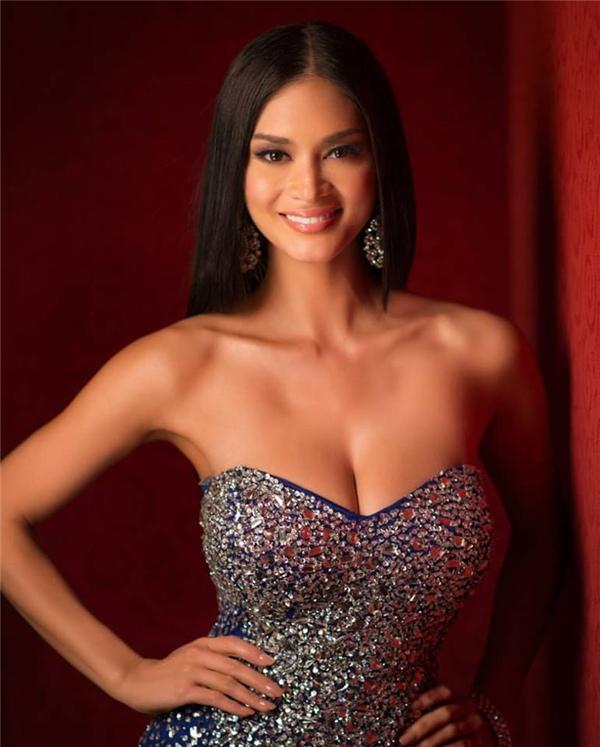 Hình ảnh của Pia trên trang web chính thức của Miss Universe 2015. Người đẹp luôn chuộng kiểu trang điểm đậm, ấn tượng nhằm tôn lên những đường nét trên gương mặt.