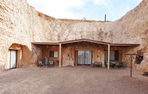 Vì nằm ở vị trí hẻo lánh, ngay giữa sa mạc, nên một khi xây nhà ở, cư dân khó lòng có thể đi nơi nào khác.(Ảnh: Internet)