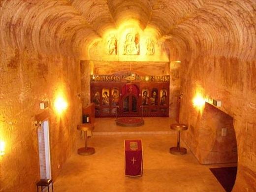 Cư dân ở Coober Pedy còn có những công trình kiến trúc rất ấn tượng, tiêu biểu như nhà thờ này.(Ảnh: Internet)