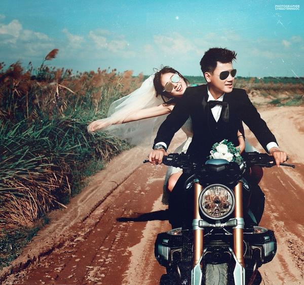 Cặp đôi cùng bạn bè đi chụp ảnh cưới mang phong cách bụi bặm, cá tính.(Ảnh: SyNguyenNgoc)