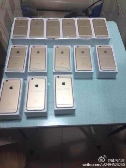 """Doanh nhân """"thừa tiền"""" cũng từng khiến cư dân mạng Trung Quốc xôn xao khi tặng những chiếc điện thoại iPhone đời mới cho các bạn cũ."""