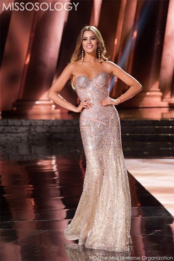 Trên sân khấu đêm bán kết, người đẹp 21 tuổi hứa hẹn sẽ trở thành nhân tố bùng nổ trong đêm chung kết.(Ảnh: Internet)