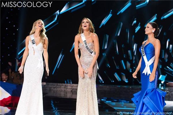 Người đẹp vui vẻ cùng với 2 ứng cử viên còn lại trong top 3 trước khi công bố những danh hiệu chính thức.(Ảnh: Internet)