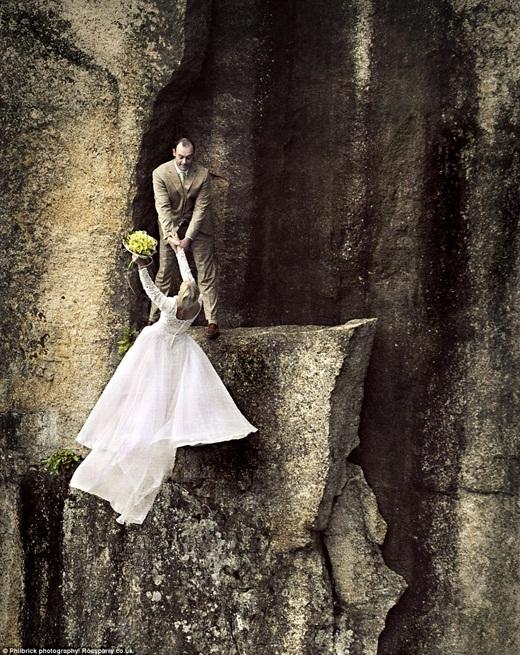 Bức ảnh này chắc hẳn làm nhiều người phải thót tim vì độ nguy hiểm của nó. Nhưng theo Jay, cả hai vợ chồng đã được gắn chặt vào một mỏ neo ẩn trên vách đá vì vậy sẽ không có nguy cơ bị trượt hay ngã. (Ảnh: Buzzfeed)