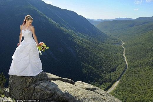Tất nhiên, không phải lúc nào mọi chuyện cũng suôn sẻ. Có một vài cô dâu ngay khi vừa tiến ra vách núi đã cảm thấy sợ hãi và không thể nhúc nhích được gì. Lúc đó, cả ê-kíp đều phải từ bỏ và chỉ chụp hình ở trên mỏm núi như thế này. (Ảnh: Buzzfeed)