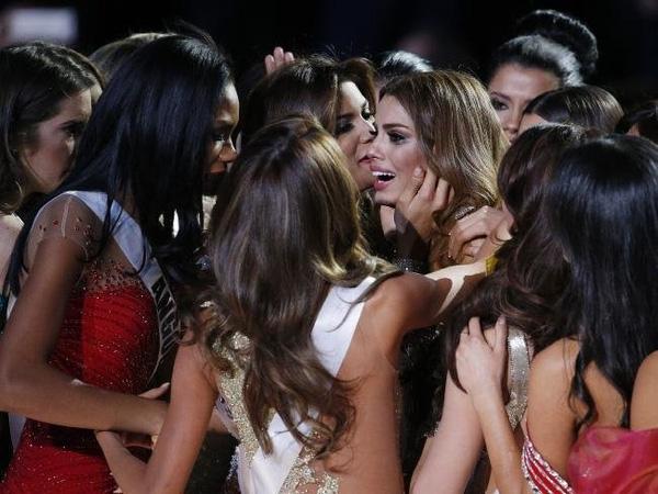 Khoảnh khắc xúc động của người đẹp Columbia trong vòng tay của những hoa hậu khác.